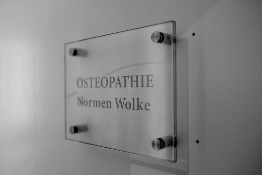 Türschild am Eingang zur Osteopathie Praxis in Berlin am Hohenzollerndam